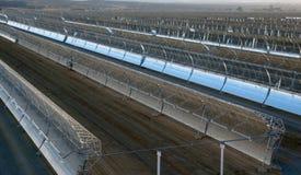 Espelhos parabólicos solares imagem de stock royalty free