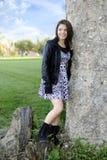 Espera adolescente por uma parede velha Fotos de Stock Royalty Free