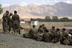 Espera afegã dos recrutas para instruções da atribuição Fotografia de Stock Royalty Free