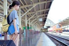 Espera asiática do viajante da trouxa da moça fotografia de stock royalty free