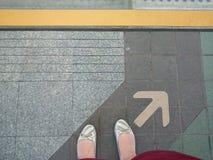 Espera atrás da linha amarela Fotos de Stock