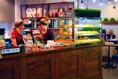Espera das empregadas de mesa para ordens em um café Fotos de Stock