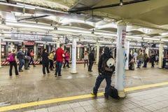 Espera de la gente en el Times Square de la estación de metro en Nueva York Imagen de archivo libre de regalías