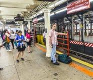 Espera de la gente en el Times Square de la estación de metro en Nueva York Fotos de archivo