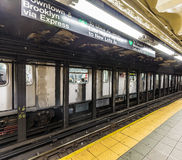 Espera de la gente en la estación de metro Wall Street Imágenes de archivo libres de regalías
