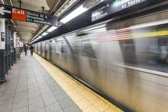 Espera de la gente en la estación de metro Wall Street Imagenes de archivo
