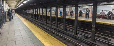 Espera de la gente en la estación de metro Wall Street Fotografía de archivo libre de regalías