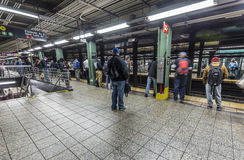 Espera de la gente en la estación de metro Wall Street en Nueva York Imagen de archivo libre de regalías