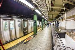 Espera de la gente en la estación de metro Wall Street en Nueva York Imágenes de archivo libres de regalías