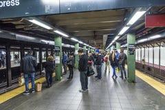 Espera de la gente en una estación de metro en Nueva York Imágenes de archivo libres de regalías