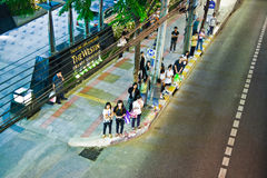Espera de la gente para el autobús siguiente en Foto de archivo libre de regalías