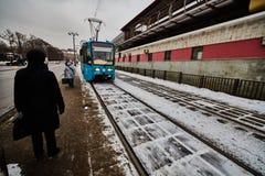 20 04 2017: Espera de la gente para el tren eléctrico en el centro del MES Imagen de archivo