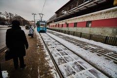 20 04 2017: Espera de la gente para el tren eléctrico en el centro del MES Foto de archivo libre de regalías