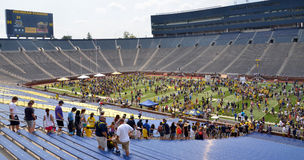Espera de la muchedumbre del fútbol del UM para incorporar el campo Imagenes de archivo