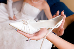 Espera de la novia un zapato Imagenes de archivo