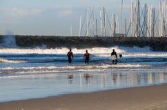 Espera de las personas que practica surf para las ondas. fotografía de archivo libre de regalías