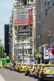 Espera de los taxis para los clientes Imagenes de archivo
