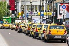 Espera de los taxis para los clientes Foto de archivo libre de regalías