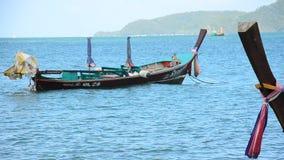 Espera de madera de la flotación y de la parada del barco de la industria pesquera para pescar en tiempo de la tarde en la playa  metrajes