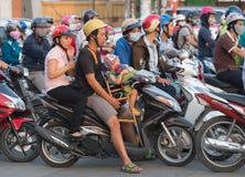 Espera de Motorbikers en los semáforos en la ciudad de Saigon Foto de archivo libre de regalías