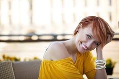 Espera de sorriso da mulher imagens de stock
