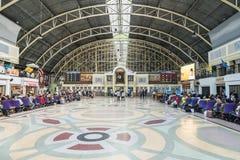 Espera del pasajero para el viaje en la estación de tren Bangkok Tailandia imagen de archivo libre de regalías