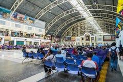 Espera del pasajero para el viaje en la estación de tren Bangkok Tailandia foto de archivo