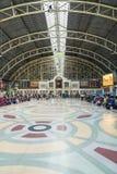 Espera del pasajero para el viaje en la estación de tren Bangkok Tailandia fotos de archivo
