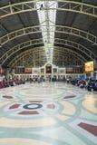 Espera del pasajero para el viaje en la estación de tren Bangkok Tailandia fotografía de archivo