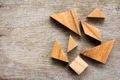 Espera del rompecabezas del rompecabezas chino para completo en el fondo de madera de la tabla foto de archivo libre de regalías
