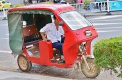 Espera do motorista de Tuk-tuk Fotografia de Stock