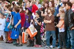 Espera dos miúdos para doces durante a parada do Dia das Bruxas foto de stock royalty free