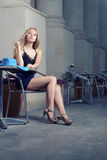 Espera elegante de moda de la mujer joven en café Fotos de archivo