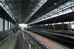 Espera na estação vazia Imagens de Stock