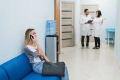 Espera paciente da mulher em doutores de hospital sala de espera Fotografia de Stock