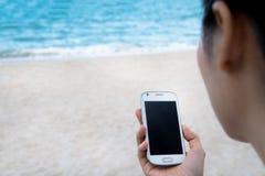 Espera para llamar en la playa Imágenes de archivo libres de regalías