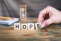 Esperança Letras de madeira no fundo da mesa de escritório, o informativo e da comunicação Foto de Stock