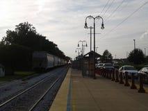 Esperando a chegada do trem imagens de stock