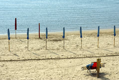 Esperando el verano - parasoles de playa cerrados Fotografía de archivo libre de regalías