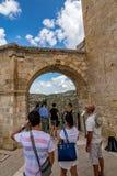 Esperando en la cola para el punto del selfie, Matera, Italia fotografía de archivo libre de regalías