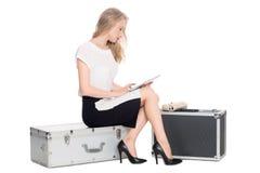 Esperando a menina com um PC da tabuleta Imagem de Stock Royalty Free