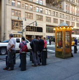 Esperando na linha por um táxi na 42nd rua perto do terminal de Grand Central, New York City, NYC, NY, EUA Fotografia de Stock Royalty Free