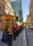 Esperando na linha por um táxi na 42nd rua perto do terminal de Grand Central, New York City, NYC, NY, EUA Fotografia de Stock