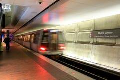 Esperando no centro do metro, a estação central do cubo, Washington, C.C., 2015 Fotografia de Stock