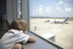 Esperando o avião Fotos de Stock