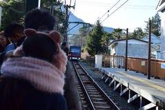 Esperando o bonde em Hakone Japão Fotos de Stock