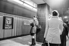 Esperando o metro Fotografia de Stock