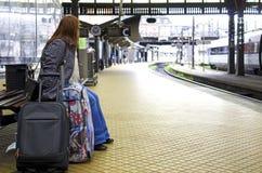 Esperando o o trem Imagem de Stock Royalty Free