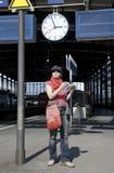 Esperando o trem Imagem de Stock Royalty Free