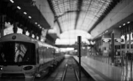 Esperando o trem BW Imagens de Stock Royalty Free